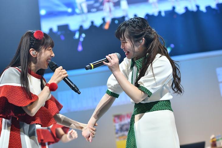 私立恵比寿中学の最年長・真山りか(左)とNegiccoの最年長・Nao☆(右)。