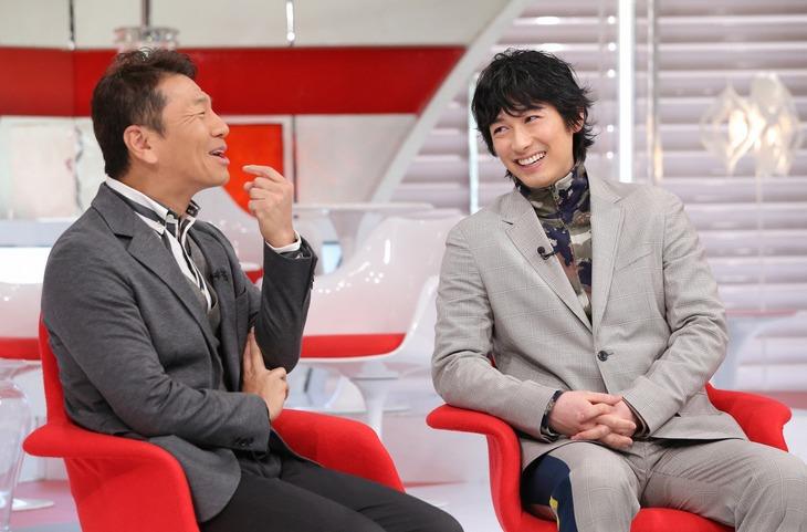 左から上田晋也、DEAN FUJIOKA。(c)日本テレビ