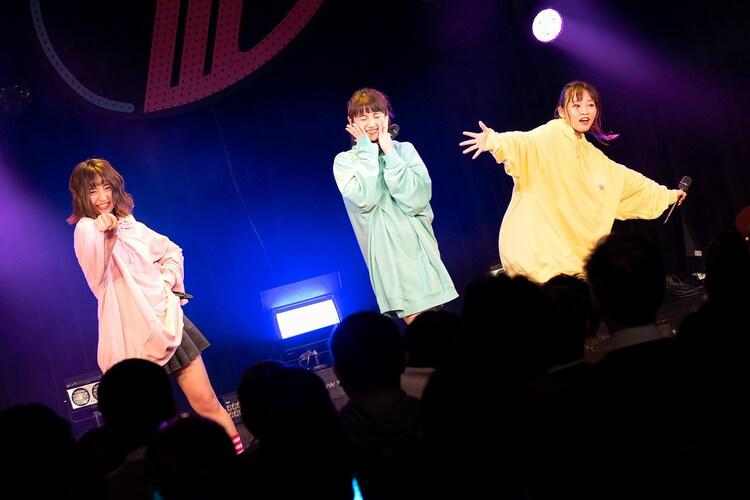 左から浜崎香帆、櫻井紗季、橘二葉。(写真提供:EPICレコードジャパン)