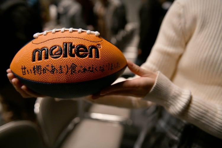 南端まいなのメッセージが入ったラグビーボール。