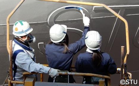 STU48号の塗装に挑戦する藤原あずさと矢野帆夏。