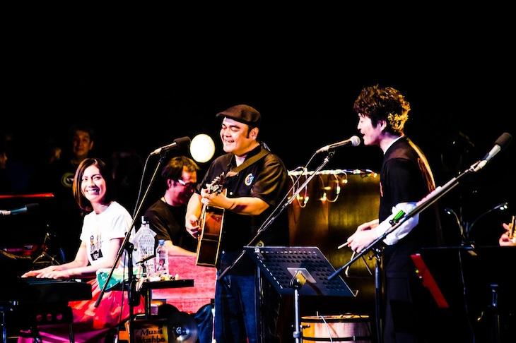 「第23回 BEGINコンサートツアー2019」の様子。左から松下奈緒、比嘉栄昇、安田顕。(撮影:浜野カズシ)