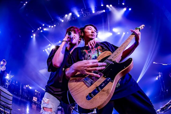 左からHiro(Vo)、Sho(G)。(Photo by TAKASHI KONUMA)