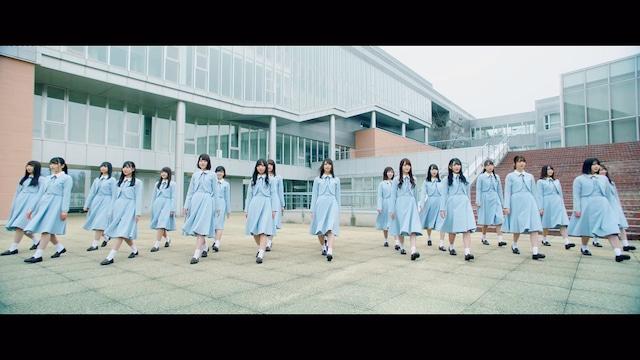 日向坂46「キュン」ミュージックビデオのワンシーン。