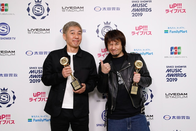 BEST MUSIC FILMを受賞した梅田航、横山健(Hi-STANDARD)。