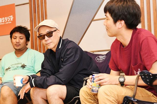 TBS局内でチェアリング座談会をするMETEOR、宇多丸(RHYMESTER)、スズキナオ(左から)。