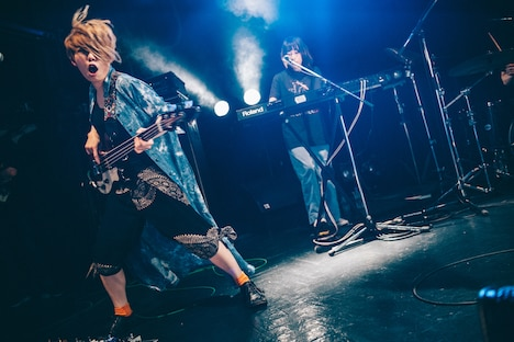 左から藤田(B)、中村郁香(Key)。(Photo by Kana Tarumi)