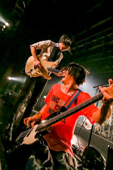 左から斎藤宏介(Vo, G)、田淵智也(B)。(Photo by Viola Kam[V'z Twinkle])