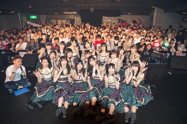 「アイドルカレッジ ベスト オブ ミュージック2019 ~神曲カウントダウン!全72曲の頂点はどれだ!?~」で撮影された記念写真。(撮影:古川朋久)