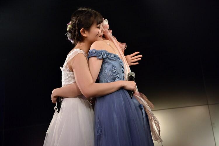 抱き合う我妻桃実と星里奈。