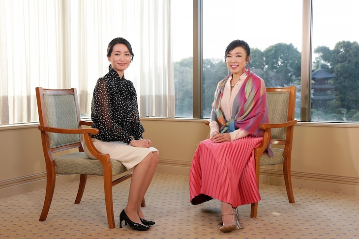 左から大江麻理子キャスター、松任谷由実。 (c)テレビ東京