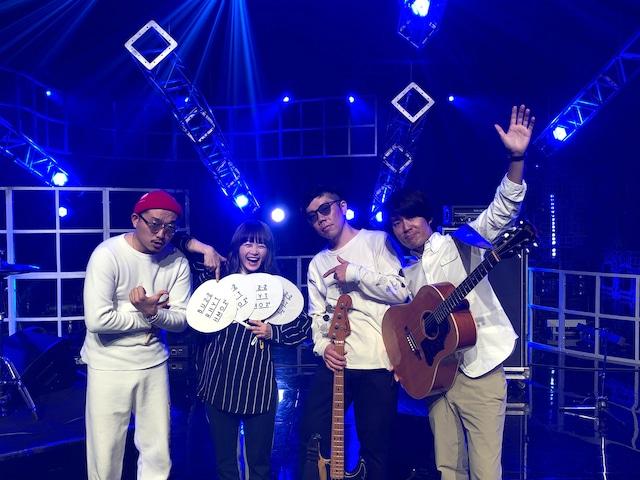 NakamuraEmi(左から2人目)とバンドメンバー。
