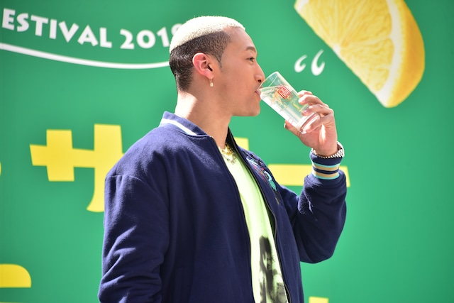 レモンサワーを飲む関口メンディー。