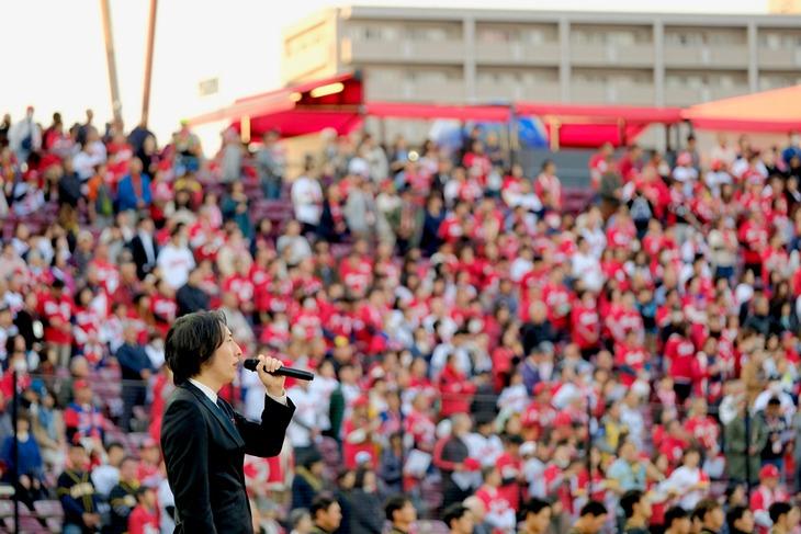 国歌「君が代」を独唱するビッケブランカ。