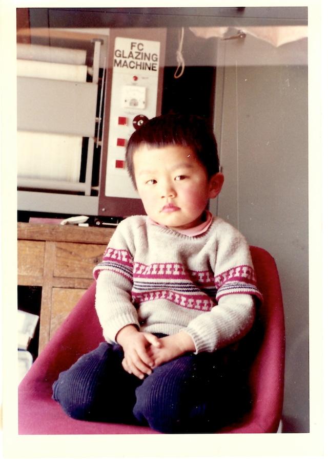 3歳の浅川英郎。実家の写真館の乾燥機前で。