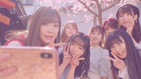 HKT48「いつだってそばにいる」ミュージックビデオのワンシーン。(c)AKS