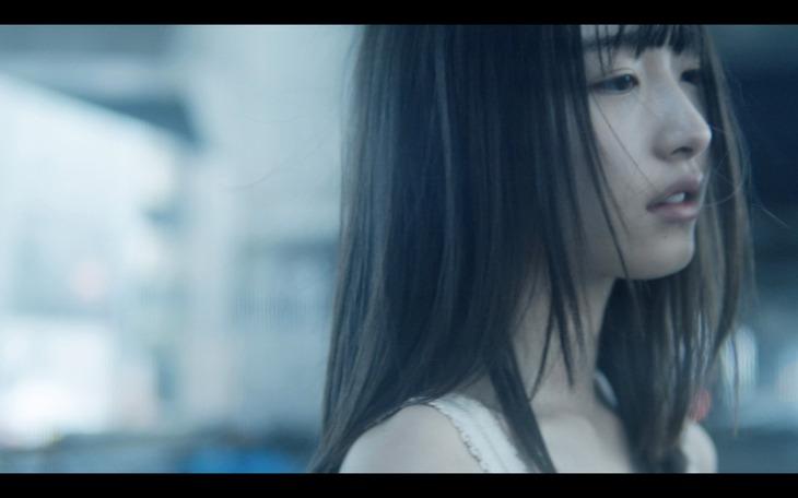 内田珠鈴「nude」MVのワンシーン。