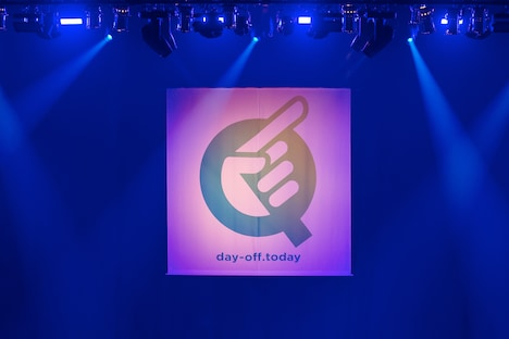 「Q」東京・両国国技館公演のステージの背後に掲出されたバックドロップ。