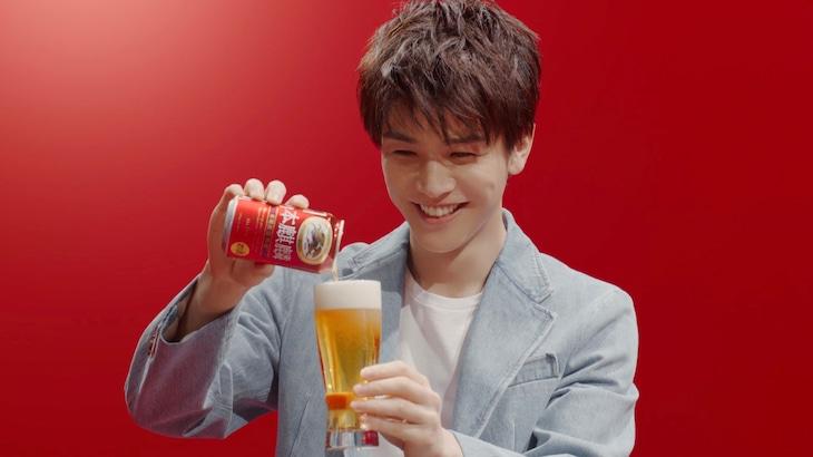 「本麒麟」の新CM「わたしの一番うまい!岩田さん」編より。