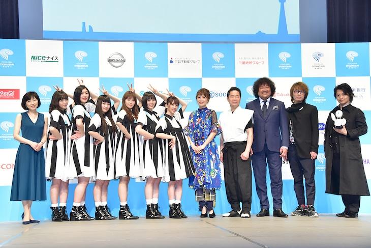 左から新井鴎子、私立恵比寿中学、村治佳織、林英哲、葉加瀬太郎、菅野祐悟、吉藤健太郎。