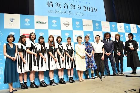 「横浜音祭り2019」の開催概要発表記者会見での囲み取材の様子。