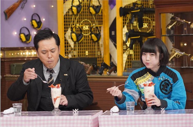 左から有田哲平、あの。(c)日本テレビ
