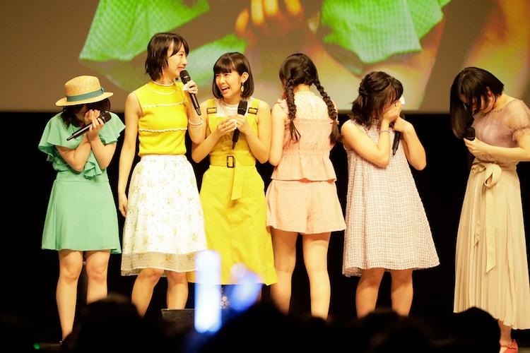 メジャーデビュー決定の発表に涙するBEYOOOOONDS。(写真提供:アップフロントグループ)