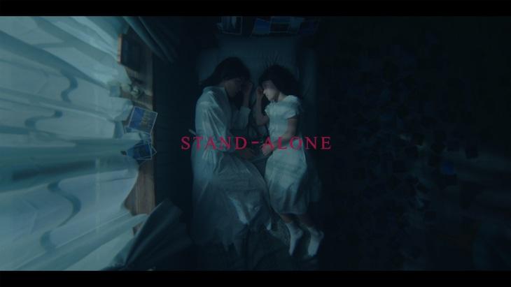 Aimer「STAND-ALONE」ミュージックビデオのワンシーン。