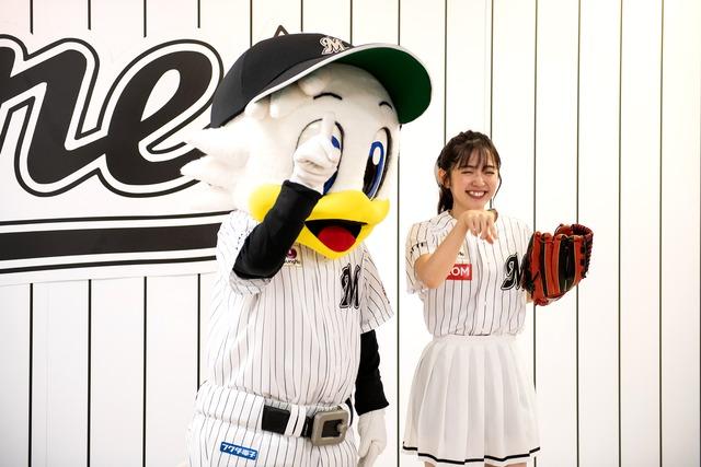 千葉ロッテマリーンズのキャラクター・マーくん(左)と一緒に自身の楽曲「DISTANCE」のダンスを踊る鈴木愛理投手(右)。