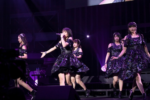 「こぶしファクトリー ファーストコンサート2019 春麗 ~GWスペシャル~」東京・中野サンプラザホール公演の様子。(写真提供:アップフロントグループ)