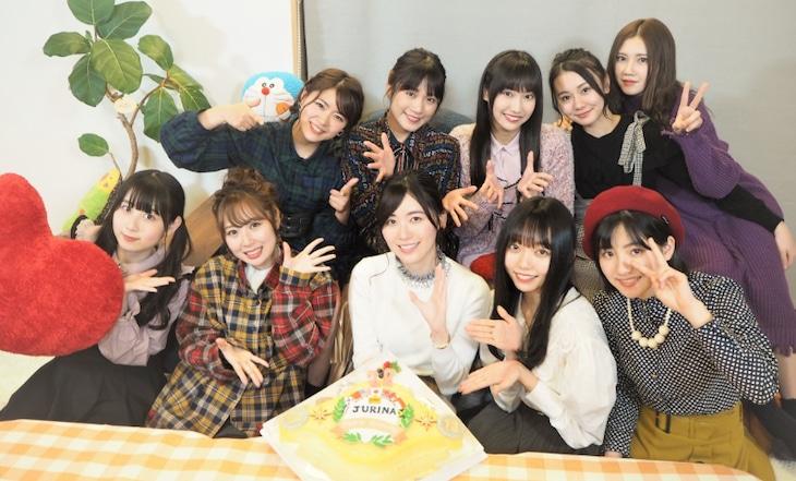 チャンピオンベルトをモチーフにした松井珠理奈の誕生日ケーキを囲むSKE48メンバー。(c)テレビ朝日