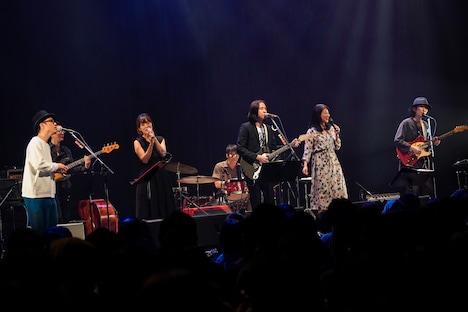 「デビュー30周年記念・コラボレーションライブ『Spectra Harmony』」の様子。(撮影:佐藤早苗)
