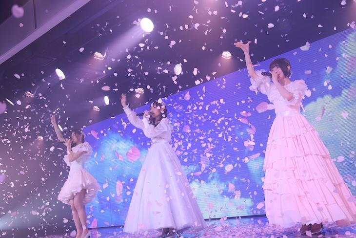 「『太陽は何度でも』公演~菅原りこ・⻑⾕川玲奈・⼭⼝真帆 卒業公演~」の様子。(c)AKS