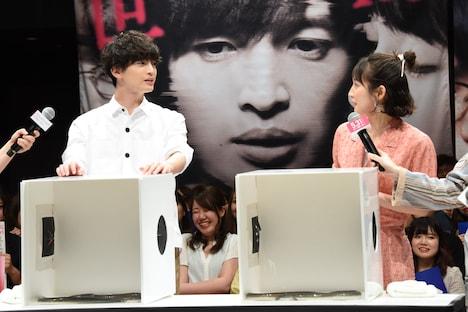 箱の中身を考える玉森裕太と吉岡里帆。
