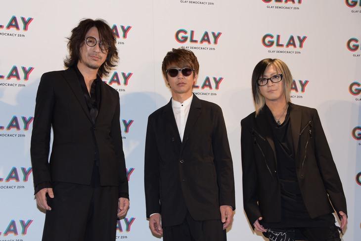 左からTAKURO(G)、JIRO(B)、HISASHI(G)。