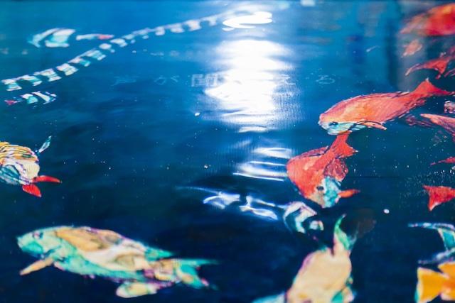 地下1階「深海」に展示された「海の幽霊」のジャケットに歌詞が浮かび上がる様子。(写真提供:ソニー・ミュージックレーベルズ)