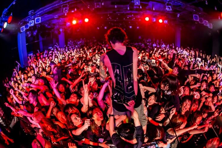 """「""""THE FIRE STILL BURNS"""" ~THE SIGN 再現ライブ~」の様子。(Photo by TAKASHI KONUMA)"""