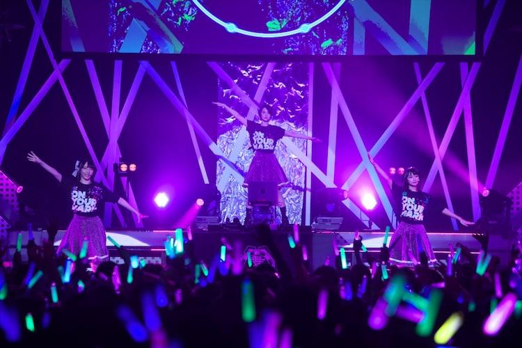 無表情でパラパラを踊る佐倉薫、M・A・O、高野麻里佳。(撮影:中村ユタカ)