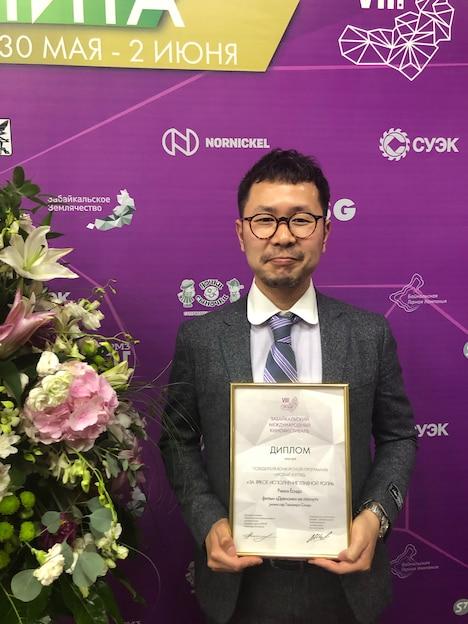 吉田凜音の代理で賞状を授与した進藤丈広監督。