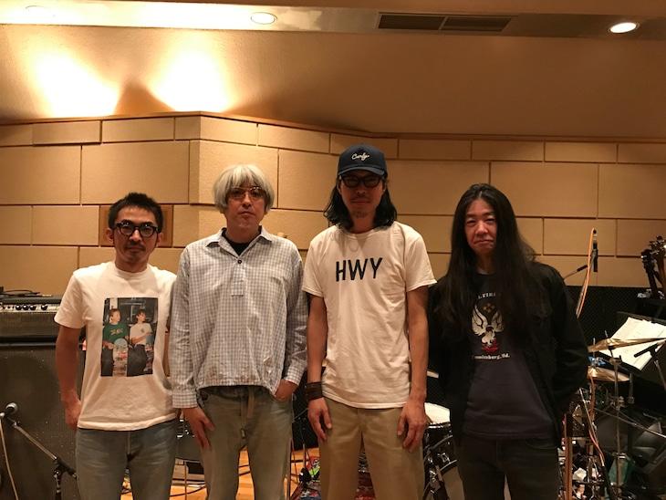 東阪ライブの演奏メンバー。左から恒岡章、堀江博久、Curly Giraffe、名越由貴夫。