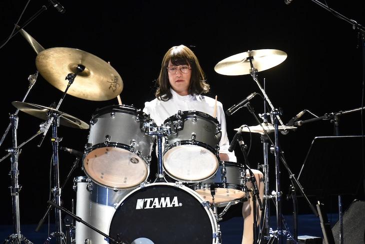 ドラム演奏を披露する三田園薫。(c)テレビ朝日