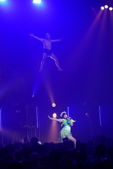 ステージ上方に吊り上げられたクリトリック・リス(上)と眉村ちあき(下)。