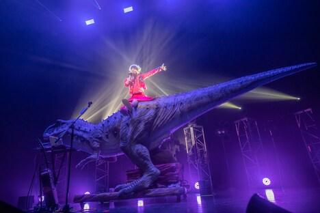 「東京留守番電話ップ」で恐竜に乗って登場した眉村ちあき。