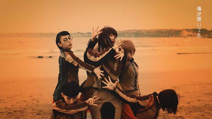 BiSH「DiSTANCE」ミュージックビデオのワンシーン。