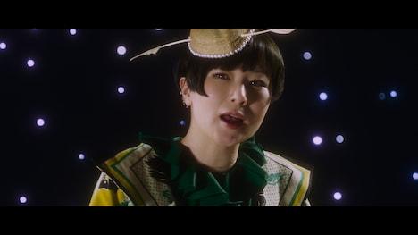 椎名林檎とトータス松本「目抜き通り」MVのワンシーン。
