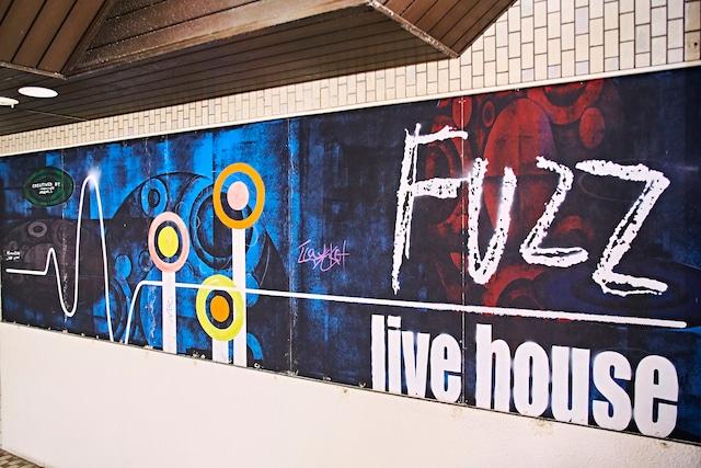 三国ヶ丘FUZZの外壁。