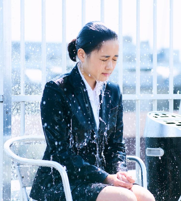 大原櫻子演じる水野羽衣。(c)「びしょ濡れ探偵 水野羽衣」製作委員会