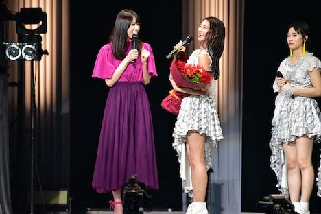 和田彩花(中央)の卒業を祝福しに駆け付けた矢島舞美(左)。
