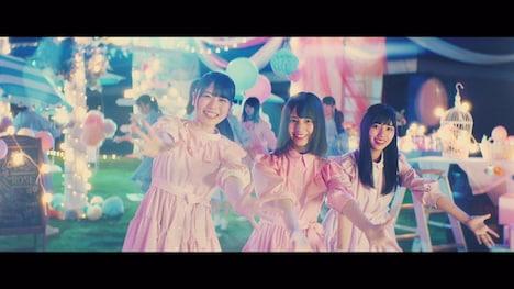 日向坂46「キツネ」ミュージックビデオのワンシーン。