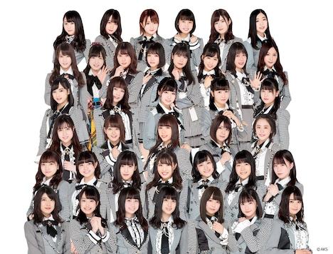 AKB48 Team 8。前から3列目、左から2番目が太田奈緒。